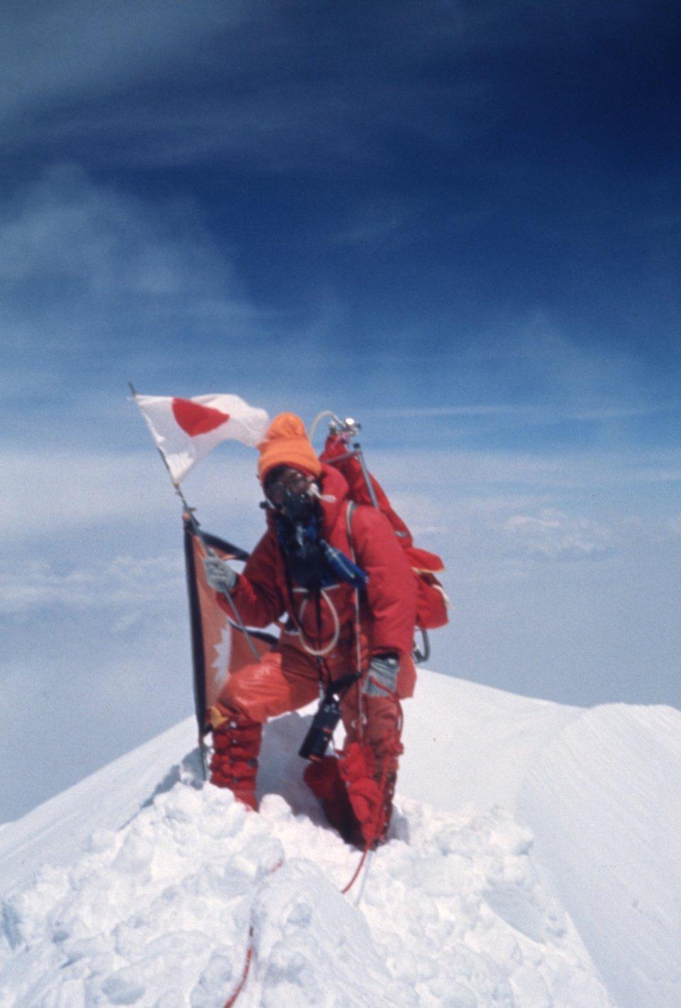 e99658d48370 1975年5月16日午後12時35分、一人の日本人女性が偉業を成し遂げました。田部井淳子氏が女性として世界で初めて、エベレストの頂上に立ったのです。